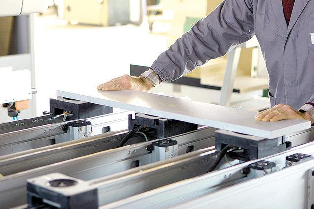 fabrica-mobila-muncitor